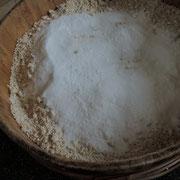 5日目その3《米麹に塩》ほぐした米麹に塩をまぶします。