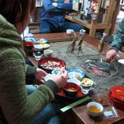 囲炉裏で川魚を焼いています。お茶と小魚をご馳走になりながら、湯来やこのお店の話しを伺いました。