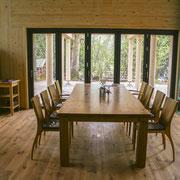 Eichetisch mit Wuchskante, Stühle aus Massivholz