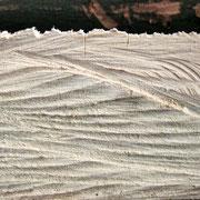 Holz mit Schnittspuren