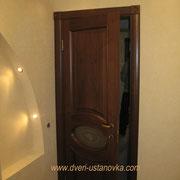 Фото 1.6. Установка межкомнатной двери с декорированными наличниками.