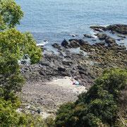 岬の先端には大砲を据えていた台場跡があり、三ツ石は目の前です。