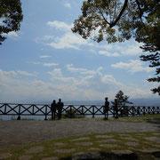 林の中の道を歩いてケープ真鶴に着きました。真鶴半島の先端です。