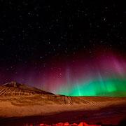 Северное сияние на станции Мак-Мёрдо, 15 июля 2012. Антарктическая станция Мак-Мёрдо крупнейшее поселение, порт, транспортный узел и исследовательский центр в Антарктике. Постоянно там проживает около 1 200 человек. Находится рядом с ледником Росса.