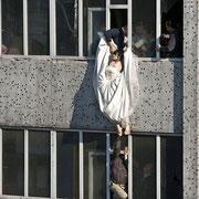 В Китае невеста, которую накануне свадьбы бросил молодой человек, выпрыгнула из балкона седьмого этажа и ее чудом успели подхватить и спасти.