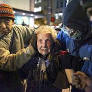 Полиция США применила перечный газ против пожилой женщины, участвовавшей в «Оккупируй Уолл-стрит».