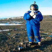 Уникальные испытания прототипа марсианского скафандра. Создан НАСА из более чем 350 различных материалов, стоит около $100 000. Антарктида, фотография выполнена  13 марта 2011.