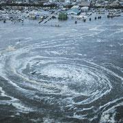 Корабль затягивает в водоворот в порту Оараи во время землетрясения и цунами в Японии.
