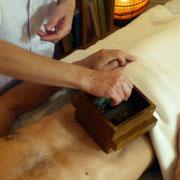 Parmi les différents traitements de la MTC, la moxibustion est souvent utilisée.