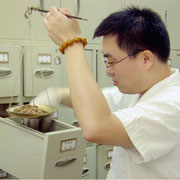 """Préparation d'une prescription personnalisée. En milieu hospitalier en Chine, les ingrédients sont disposés en """"vrac"""" pour un usage immédiat."""