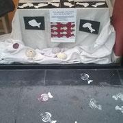 Les pochoirs de poissons devant la boutique Rouge Grenade fait avec Angenic pour annoncer le 1 avril !!
