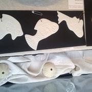 Les poissons en porcelaine de Mag sont en vente à 10 euros à la boutique Rouge Grenade . Poissons à accrocher ou à suspendre !!