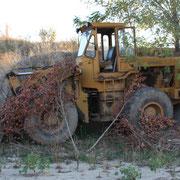 mezzi abbandonati dentro alla cava  mai ripristinata