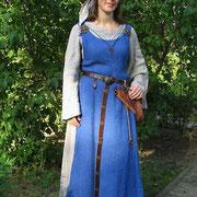 Wikingerin: Leinenkleid, Übergewand mit Brettchenborte, Gürtel.