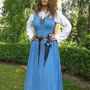 Studentin: Tunika (Leinen), Kleid (Halbleinen) mit Abzeichen (Auftragsstickerei), Gürtel.