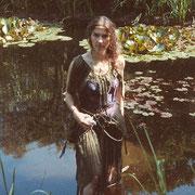 Wasserfrau: Kleid aus Organza mit Perlenschmuck.