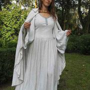 Priesterin: Kleid und Umhang aus Bouretteseide, mit Brettchenborte.