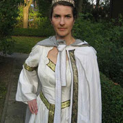 Fürstin: zweilagiger Umhang (Seide, Wolle) und umgestyltes Hochzeitskleid (Seide) mit Brokatborte.