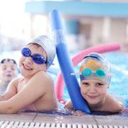 Kinder mit Schwimmhilfe