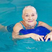Ältere mit Schwimmbrett