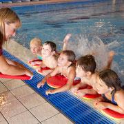 Kinder einer Schwimmschule