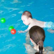 Schwimmtrainerin und Baby