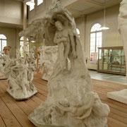 Étude avec Hugo debout (Version 2) Le même composition est reprise et Rodin y ajoute des personnages au- dessus de l'écrivain.
