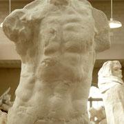 L'homme qui marche, détail du buste Ses œuvres mènent leur vie en dehors de lui... Le buste a été modelé en terre.  Laissé de côté pendant un temps, la terre a séché, bras cassés, torse détaché...Rodin apprécie cette nouvelle apparence et la reprend telle