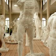 L'homme qui marche, de face Pour Rodin, ses œuvres sont vivantes. Réutiliser des parties conçues pour un autres projet est une manière de les faire exister. Ici, Il a récupéré le buste d'un Saint Jean-Baptiste et les jambes d'un autre Saint Jean-Baptiste