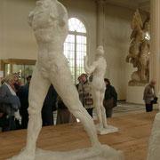 """L'homme qui marche, de côté Pour monter l'amplitude du pas et la """"tricherie"""" de Rodin : les 2 pieds sont au sol. Mais avec un mouvement d'une telle dynamique, le pied arrière devrait décoller le talon... Rodin prend des libertés avec la vérité anatomique"""
