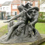 Victor Hugo - A l'entrée du musée de Meudon. Sous cet angle, la position du bras semble répondre à la tension de la jambe...