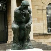 Le Penseur, c'est l'œuvre la plus connue et la plus emblématique de Rodin. Personnage nu sans attribut pour tendre vers l'universel, posture et muscles expressifs