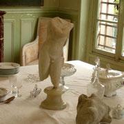 """Sur la table du déjeuner, Rodin aimait disposer d'une ou 2 pièces de sa collection. Il tenait à les observer, les manipuler et les étudier """"sous toutes les coutures"""". Elles étaient tout à la fois une source de plaisir, d'inspiration   et d'apprentissage"""