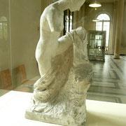 Titre ??? Référence aux statues antiques. En l'absence de bras, on fait la relation avec la Vénus de Milo.