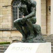 Dans le jardin de Meudon, cette sculpture surplombe la tombe de Rodin. Après avoir vécu et créé de si nombreuses années à cet endroit, il semblait juste qu'il y reste pour la postérité à proximité du musée qu'il avait désiré.