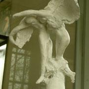 Les bénédictions Une petite sculpture extraite d'un projet monumental avorté : La Tour du Travail Après cette extraction, Rodin a songé en faire un agrandissement. Mais la taille faisait perdre en intensité. Il a donc renoncé.