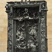 Rodin, fan de Dante et de sa divine comédie, choisit le thème de l'enfer pour la porte monumentale qui accueillera les visiteurs dans un nouveau musée. Il va travailler une décennie sur ce projet (1880-90) mais le projet sera finalement abandonné.