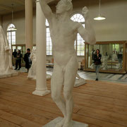 """L'âge d'airain : première œuvre et premier scandale. Rodin a-t-il sculpté ou moulé sur le vif car elle est à la taille réelle du modèle ? Rodin ne fera plus de """"taille réelle""""; mais du petit ou du monumental. Il voulait être connu. C'est gagné !"""