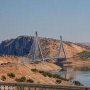 Brücke über den Attatürk Stausee