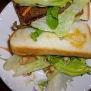 朝はパン(めったにないが) 久々固形野菜。