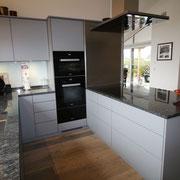grifflose Küchenfronten, Möbel- Dekorplatte in lavagrau