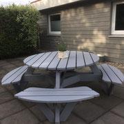 eine runde Sache ist diese Gartenbank in grau