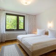 Schlafzimmer untere Etage Westseite - Doppelbett mit Blick zum Park