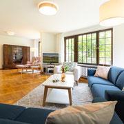 Blick vom Sofa zur Leseecke mit Kaminofen