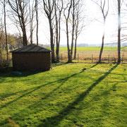 Gartenhaus auf dem Grundstück für Gartenmöbel, Grill und Brötchenfahrrad