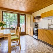 große Wohnküche mit Zugang zur Terrasse