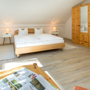 Schlafzimmer obere Etage Ostseite mit Blick über den Greifswalder Bodden - Doppelbett