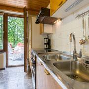 große Wohnküche mit komplett ausgestatteter Küche