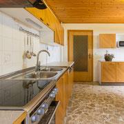 große Wohnküche mit Herd, Backofen, Kühlschrank mit Gefrierfach und Spülmaschine