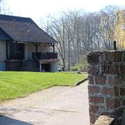 Außenansicht Ferienhaus Einfahrt zum abgeschlossenen Grundstück
